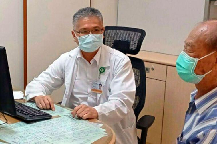高雄阮綜合醫院腎臟內科主任林正浩(左)建議慢性腎臟病患,端午期間面對美味粽子尤需...