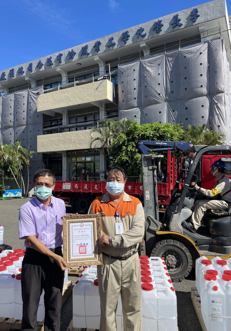 李長榮化工為抗疫加油,今(4)日宣佈捐贈 6 噸 75% 稀釋電子級異丙醇清潔液。照片/業者提供