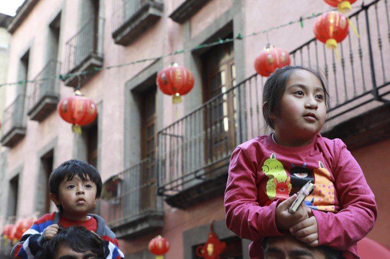 中國大陸面臨少子化、高齡社會,中國政府5月底宣布開放「三孩政策」,卻引來民意嘲弄。美聯社