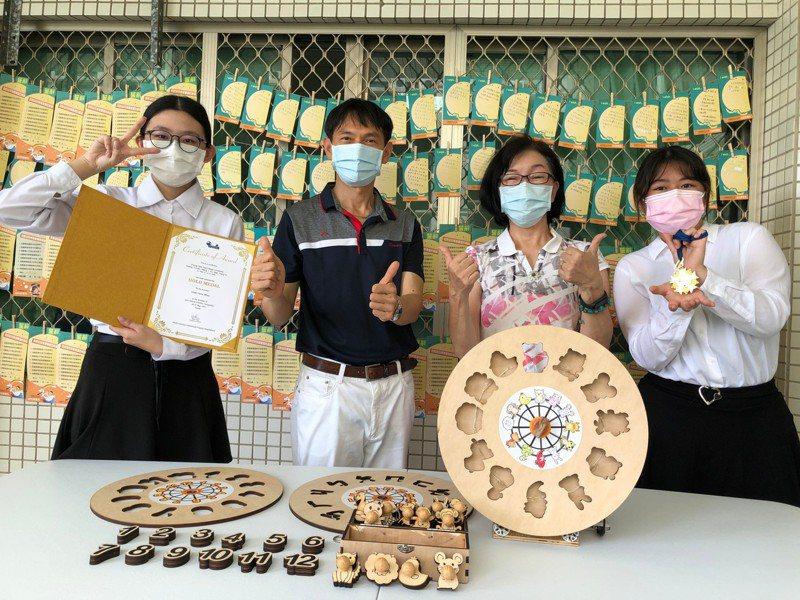 幼保系黃義良老師帶領的創意研發團隊拿下創意發明競賽金牌獎,系主任傅清雪(右二)對師生表現與有榮焉。記者周宗禎/翻攝