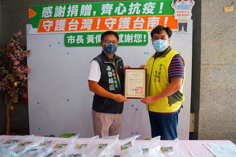 台南市議員郭鴻儀捐贈防護面罩助傳統市場抗疫。記者周宗禎/翻攝
