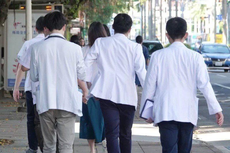 北市醫師職業工則呼籲,衛福部和勞動部應儘速訂定新冠肺炎因公染疫的認定指引,保障第一線防疫人員認定職災的權益。本報資料照片