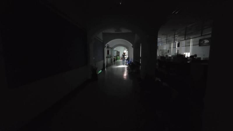 基隆大雷雨,市政府大樓兩度大停電洽公民眾摸黑。記者游明煌/攝影