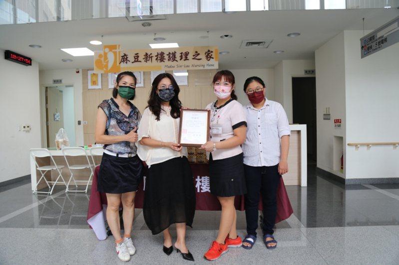 所長茶葉蛋捐贈銷魂豆干包為麻豆新樓醫護人員加油打氣。圖/麻豆新樓醫院提供