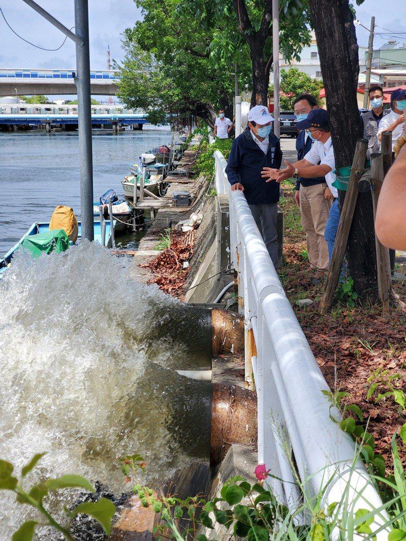 氣象局預告,輕度颱風彩雲可能替南台灣帶來豪大雨,高市副市長林欽榮(左一)視察抽水站整備作業。圖/高市水利局提供