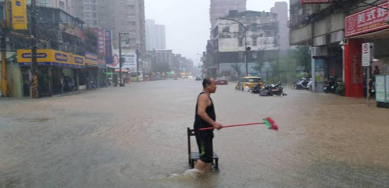木柵路2段109巷口淹水狀況,深約20公分,範圍約100平方公尺。圖/北市府提供