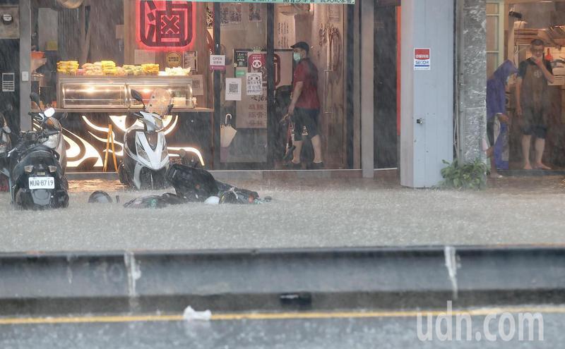 台北市松隆路淹水。記者余承翰/攝影