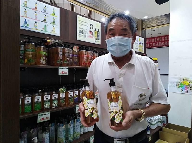 無患子生技老董王高榮捐贈1000瓶沐浴乳,幫助桃園市真善美基金會減輕開銷壓力。記者周宗禎/攝影