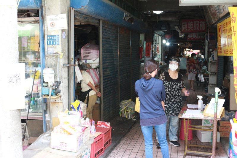 因應防疫,高雄市政府日前宣布提升市場防疫規格,多數傳統市場皆已完成出入口管制。記者陳弘逸/攝影
