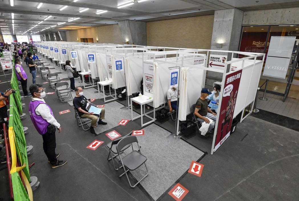 日本目前主要靠各縣市和自衛隊提供的大型施打中心來為民眾施打疫苗。