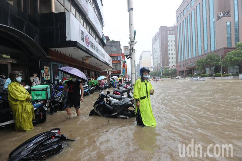 忠孝東路五段台北市消防局前,水淹到一個輪胎高。記者余承翰/攝影