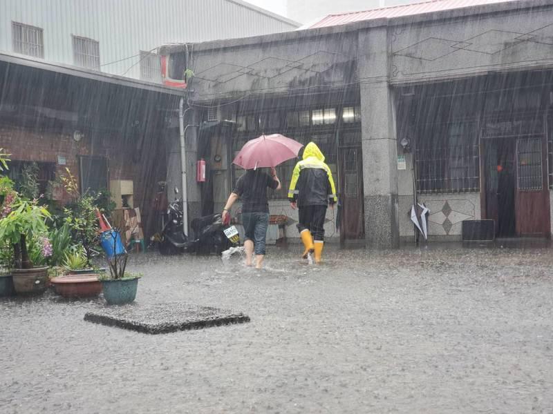 氣象局持續發布彩雲颱風海上陸上颱風警報,新北市今天中午開始下起豪雨,新店區中正路上一處三合院出現淹水情況。記者王長鼎/翻攝