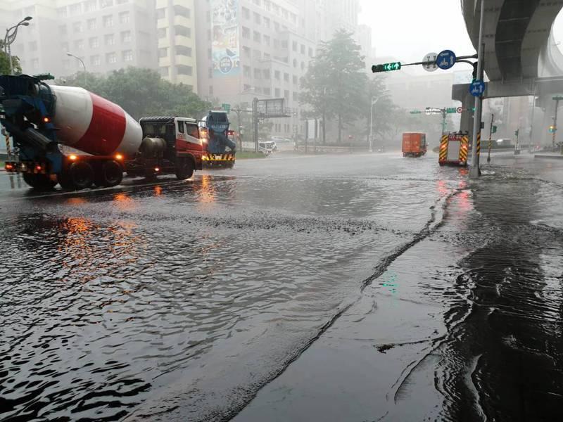 北市強降雨,消防局接獲260件積淹水災情。圖/北市府提供