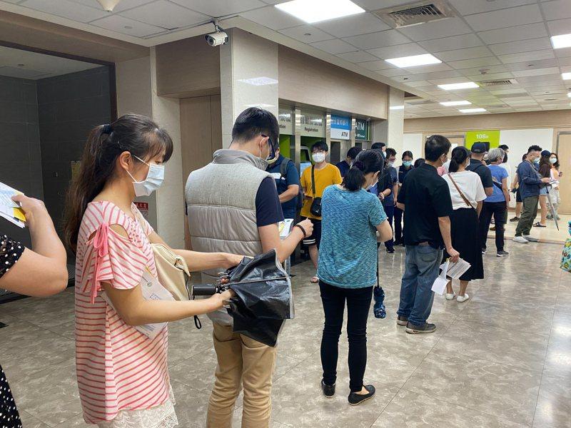 台北市警察局今明2日安排第二波員警疫苗施打行程,預計有2000多名員警完成施打。記者李隆揆/翻攝