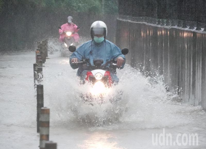 中央氣象局目前仍針對今年第三號颱風彩雲,發布海上、陸上颱風警報,颱風加上梅雨鋒面南下,下午各地下起大雷雨,短時間造成雙北多處積水,汐止水淹及膝影響多處交通。記者曾吉松/攝影