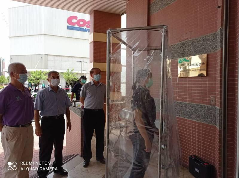台南五分局員警退勤或到所洽公民眾,先經過消毒滅菌門噴灑二氧化氯消毒液體,能有效滅菌,降低感染及將病毒帶入機關的風險,讓員警執勤多一份保障。記者邵心杰/翻攝
