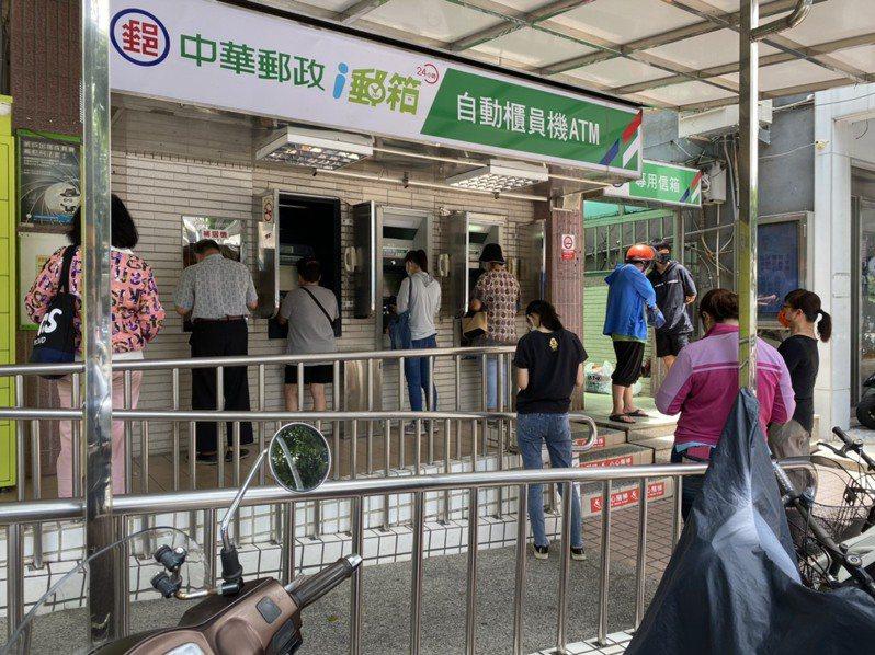 有不少民眾,陸續前往ATM確認紓困現金是否入帳。聯合報系資料照/記者陳弘逸攝影