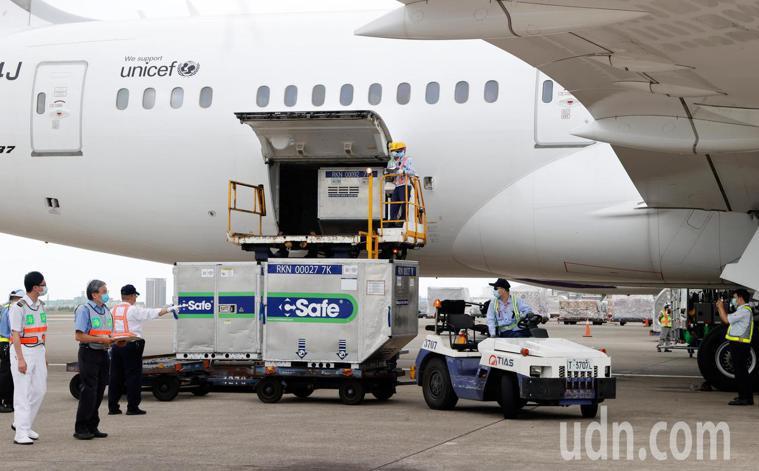 日本捐贈台灣的AZ疫苗下午送抵台灣,總共有17個溫控貨櫃。記者鄭超文/攝影