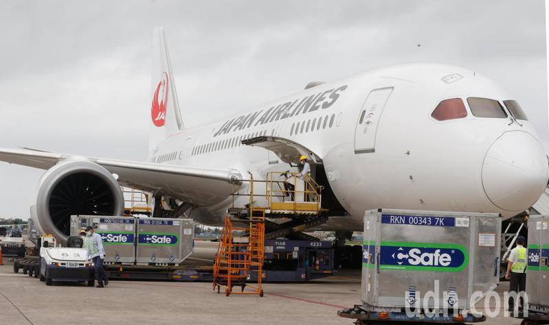 日本捐贈台灣的AZ疫苗下午送抵台灣,由日本航空運抵台灣。記者鄭超文/攝影