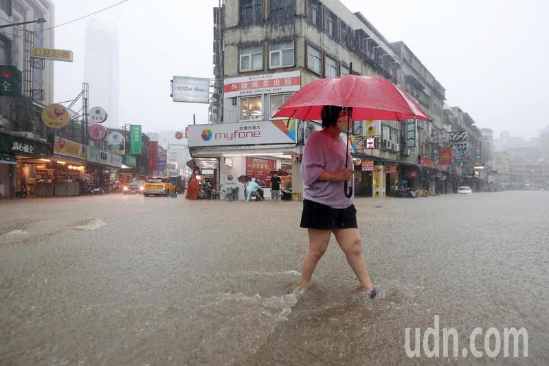 彩雲颱風逼近加上北方梅雨鋒面南下影響,雙北地區午後瞬間強降雨,造成台北市信義區多處淹水,松隆路一帶水深及膝。記者余承翰/攝影