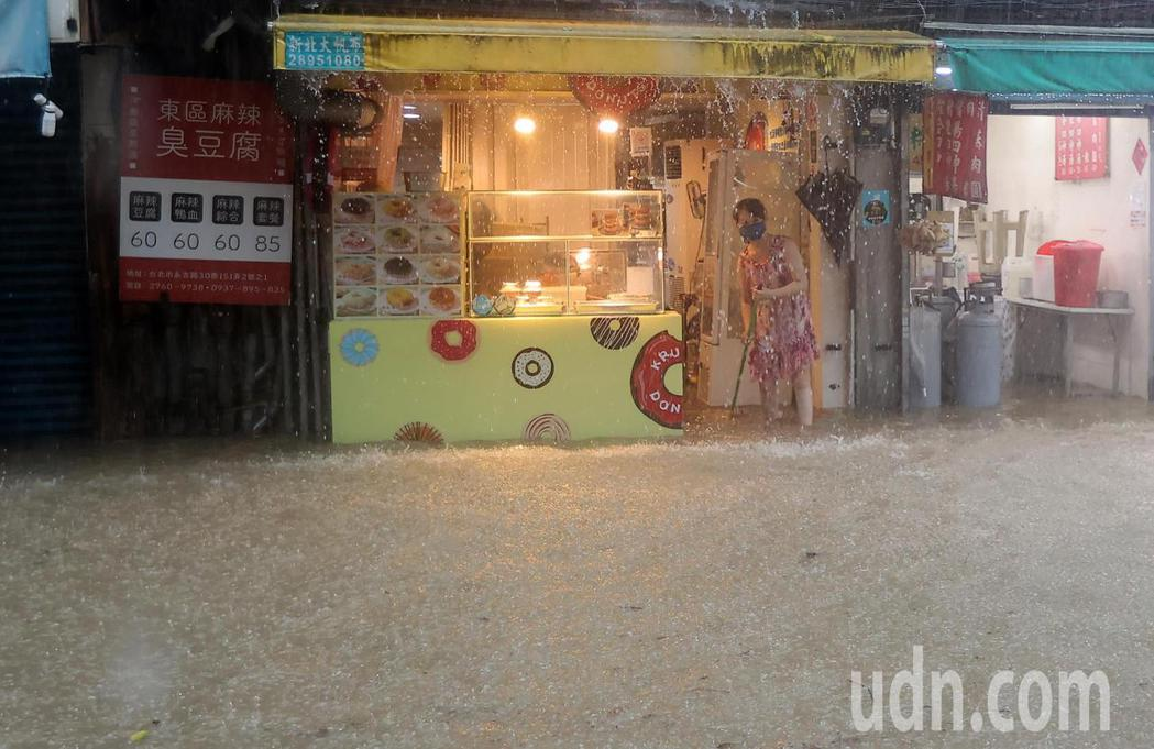 彩雲颱風逼近加上北方梅雨鋒面南下影響,雙北地區午後瞬間強降雨,造成台北市信義區多...