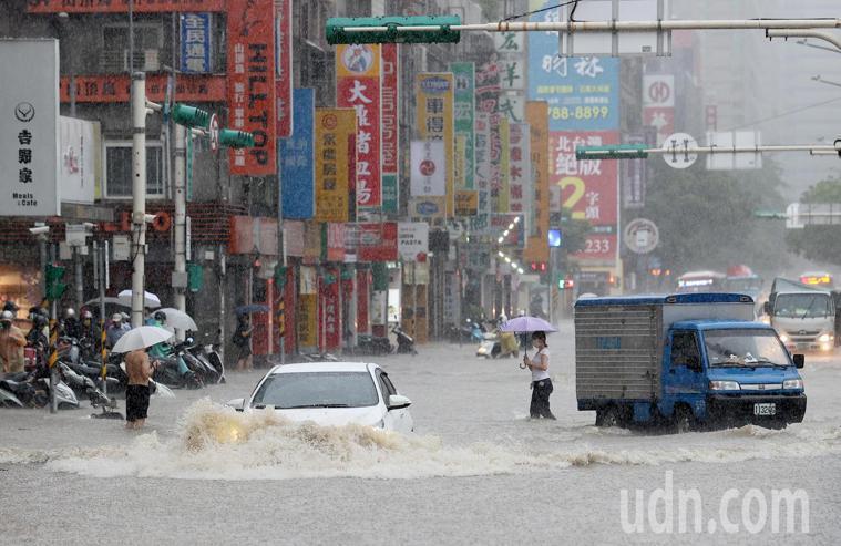 彩雲颱風逼近加上北方梅雨鋒面南下影響,雙北地區午後瞬間強降雨,造成雙北多處淹水。...