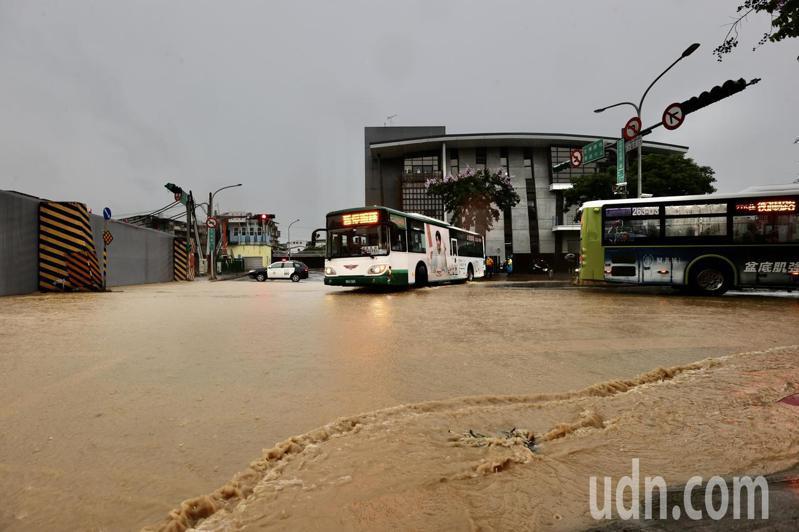 北台灣中午下起傾盆大雨,位於南港研究院路二段與大坑街口水門,緊急關閉,造成南港地區主要道路阻斷,不少車輛在水門前迴轉離去,尋找替代道路。記者許正宏/攝影