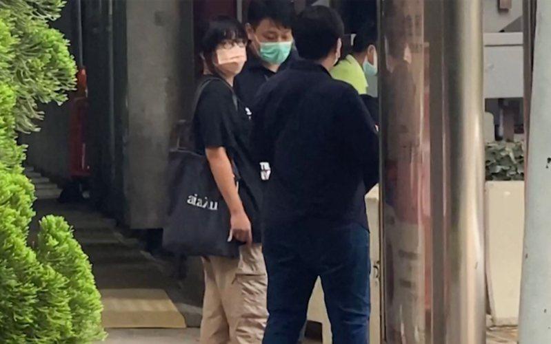 香港便衣警察4日拘捕香港支聯會副主席鄒幸彤(左)。圖/取自文匯網