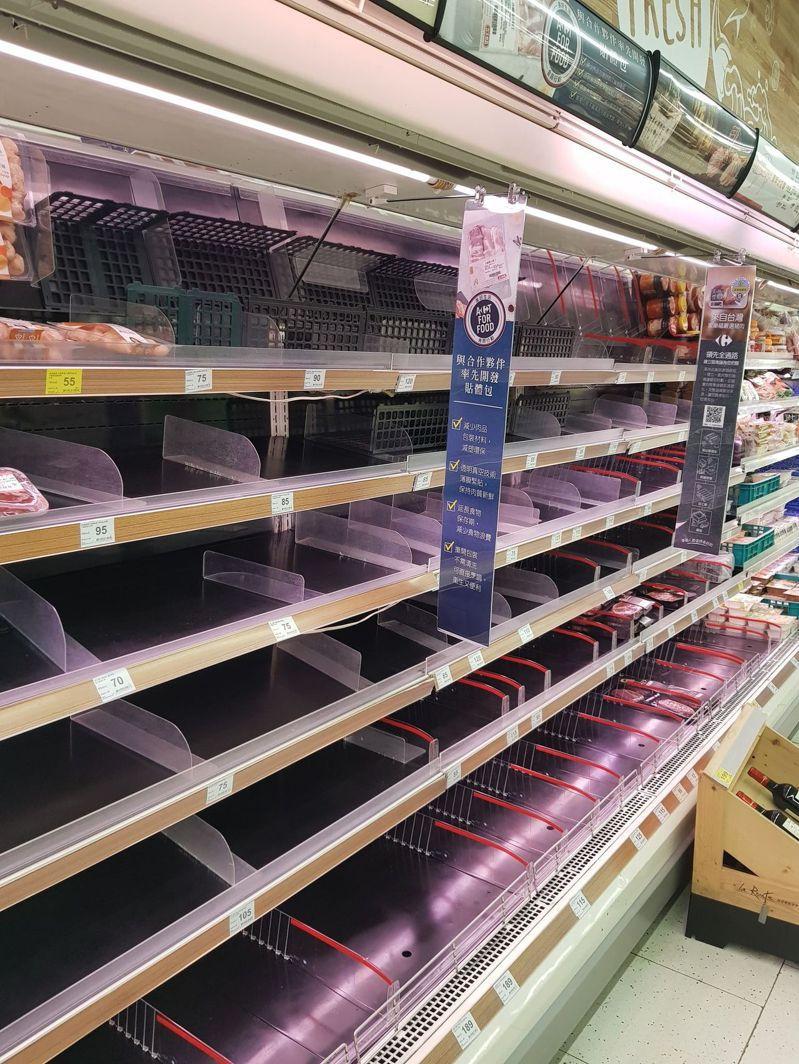 民眾防疫在家,肉品需求暢旺,貨架上常清空。記者彭宣雅/攝影