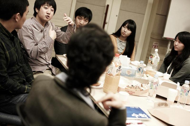 朴槿惠(背對鏡頭者)參選總統前拜訪李俊錫參(左二)與的公益團體,後來挖角了這名青年人才,讓李俊錫以名嘴身分上媒體為保守陣營辯護。圖/取自李俊錫臉書