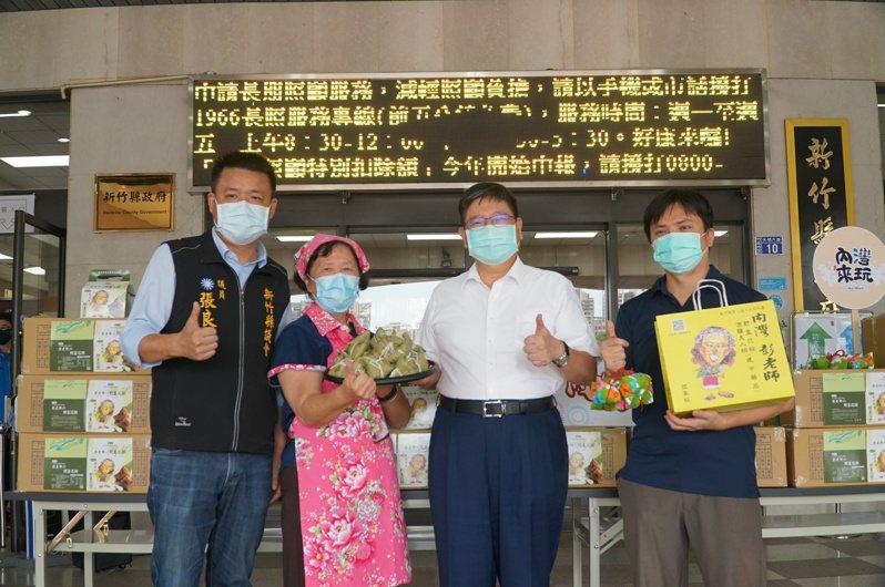 野薑花名店捐千顆粽子慰勞防疫人員,創辦人彭瑞雲(左2)希望能夠藉此舉拋磚引玉。圖/縣府提供