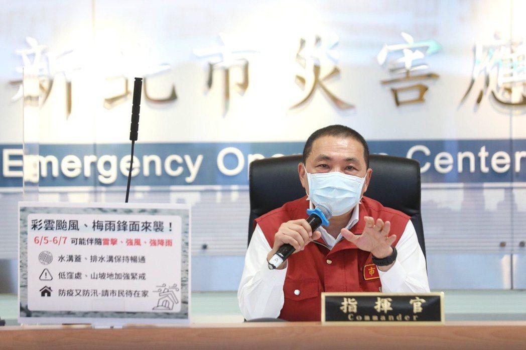 新北市長侯友宜說,雙北疫情嚴峻都還在高峰期,目前已有2波高峰,沒有大幅上揚穩穩守...