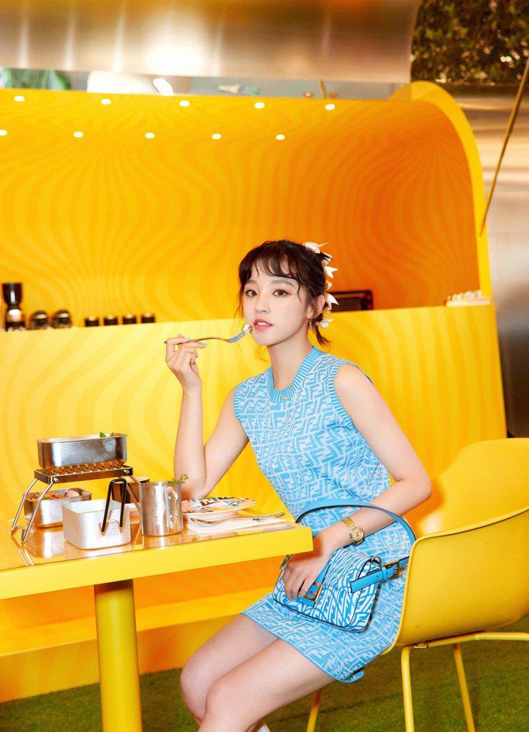大陸歌手宋雨琦在FENDI CAFFE開幕活動享用餐點。圖/FENDI提供