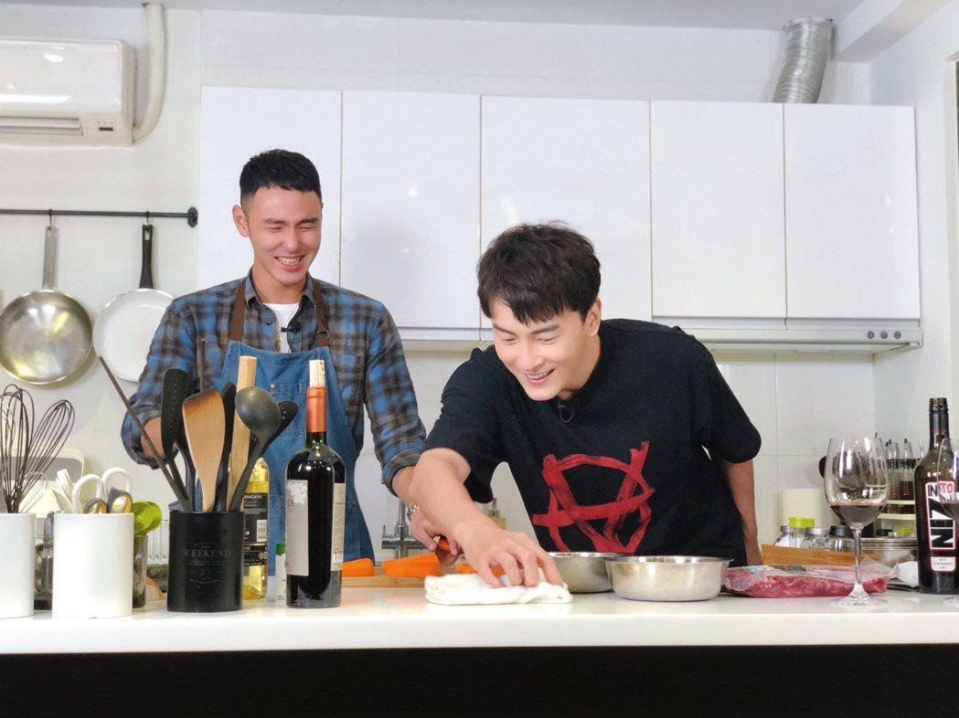 阮經天(左)上鄭元暢的YT節目「不專業廚房」做菜。圖/M.I.E.最大國際娛樂提...