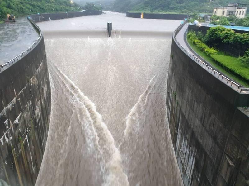 豪雨狂炸北北基,員山子下午3時45分今年首度分洪。圖/十河局提供