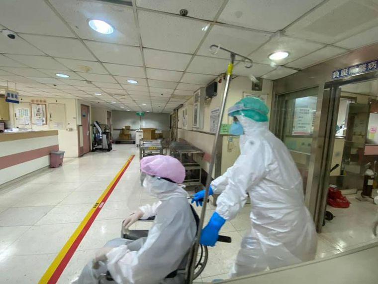 新北市亞東醫院護理師將重症病患送進台中榮總負壓隔離病房後,昏倒在隔離病房走廊,由...