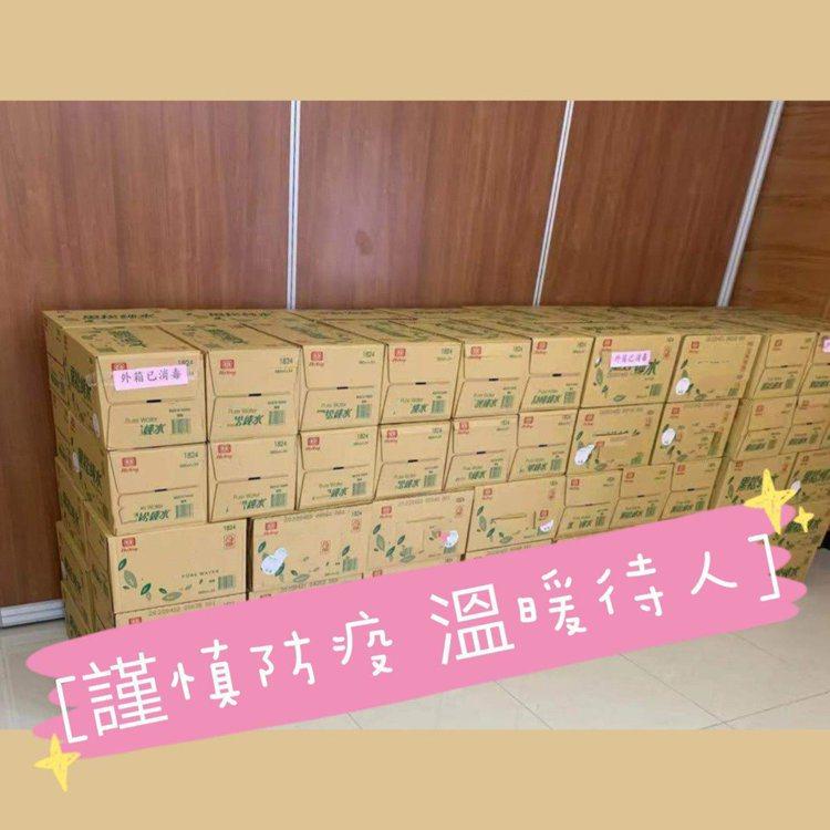 林志玲日前曾捐贈百箱水資源救急。圖/摘自臉書