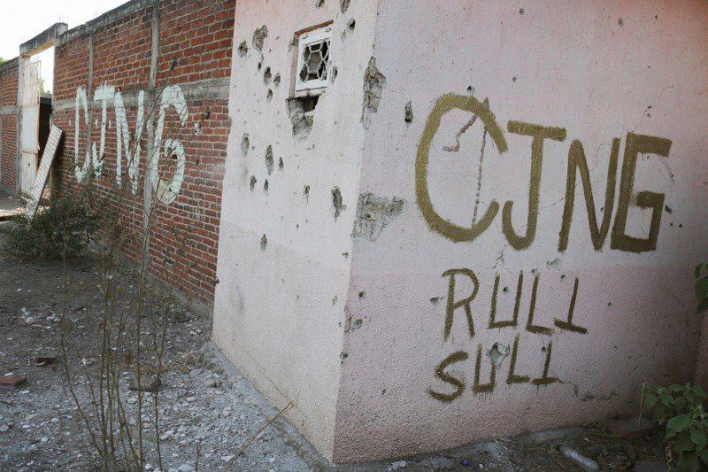 CJNG目前在墨西哥是最有影響力的販毒集團,圖為該國西部阿基利亞鎮內CJNG跟當地幫派火併搶地盤時留下的斑斑彈痕。路透