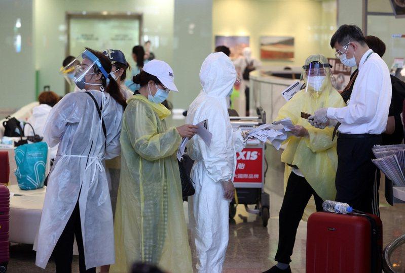 5月31日一名新冠肺炎確診旅客持核酸檢測(PCR)陽性證明,竟順利搭乘立榮航空班機從松山機場出境,圖為松山機場示意圖,人物與新聞無關。圖/聯合報系資料照片