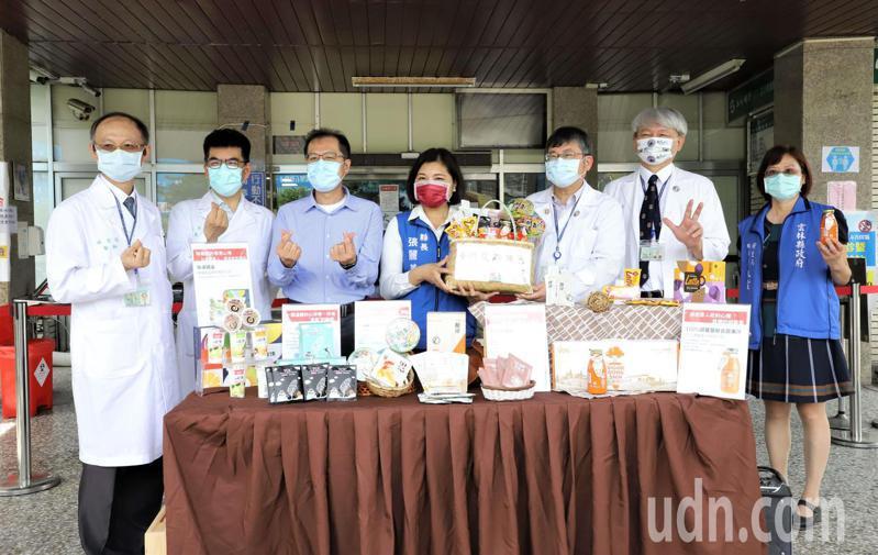 雲林縣政府送6大責任醫院醫護人員防疫加油包補體力,還為醫護「加薪」,挺醫護超給力。記者蔡維斌/攝影