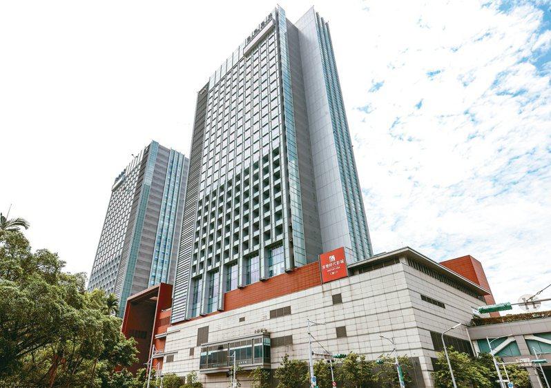 台北市南港區各項公共建設及大型商業開發案進行,帶來龐大的白領上班族居住需求。圖為南港車站商圈外觀。記者曾原信/攝影
