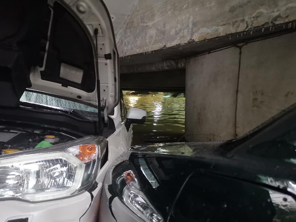 何啟聖的車子卡在坡道上差點被大水滅頂。圖/摘自臉書