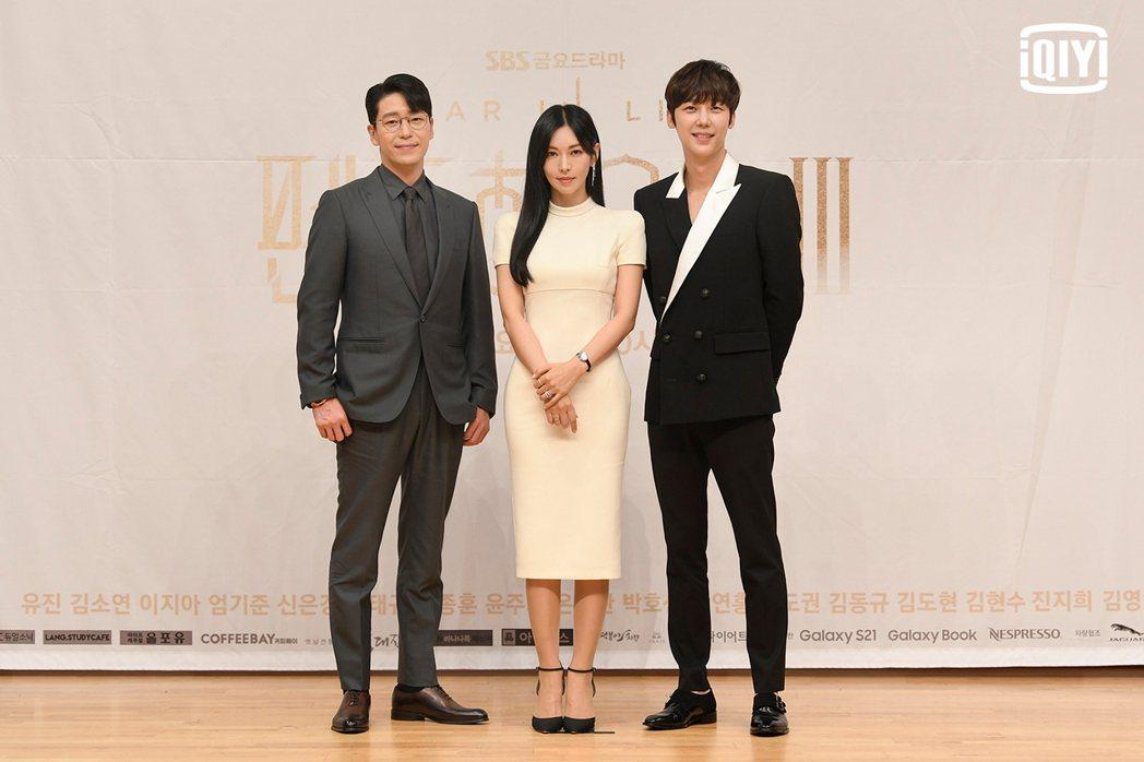 金素妍和尹鐘焄、嚴基俊對劇情發展守口如瓶。圖/愛奇藝國際站提供