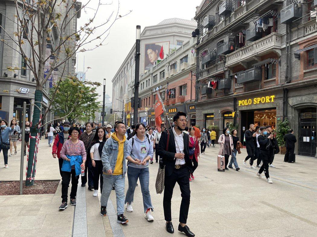 今年端午節,北京、上海、杭州是大陸民眾選擇的主要旅遊城市。圖為上海南京路步行街早...