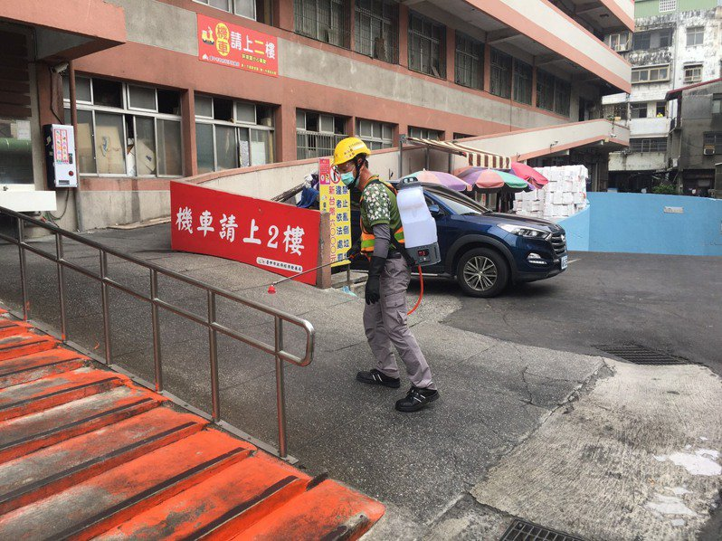 台中市環保局在清水第一公有零售市場週邊消毒。圖/台中市環保局提供