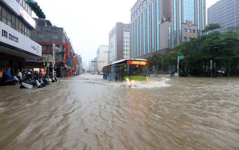 彩雲颱風逼近,加上梅雨鋒面南下影響,雙北昨天午後瞬間強降雨,台北市信義區時雨量一度超過一百廿毫米,信義計畫區多處淹水,忠孝東路五段、松仁路口水深及膝,幾乎看不到「馬路」,交通大打結。記者余承翰/攝影