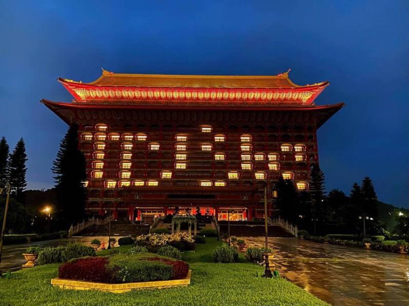 圓山飯店外牆也以日文書寫「カンシャ」台語發音「感謝」點燈。圖擷自圓山飯店臉書