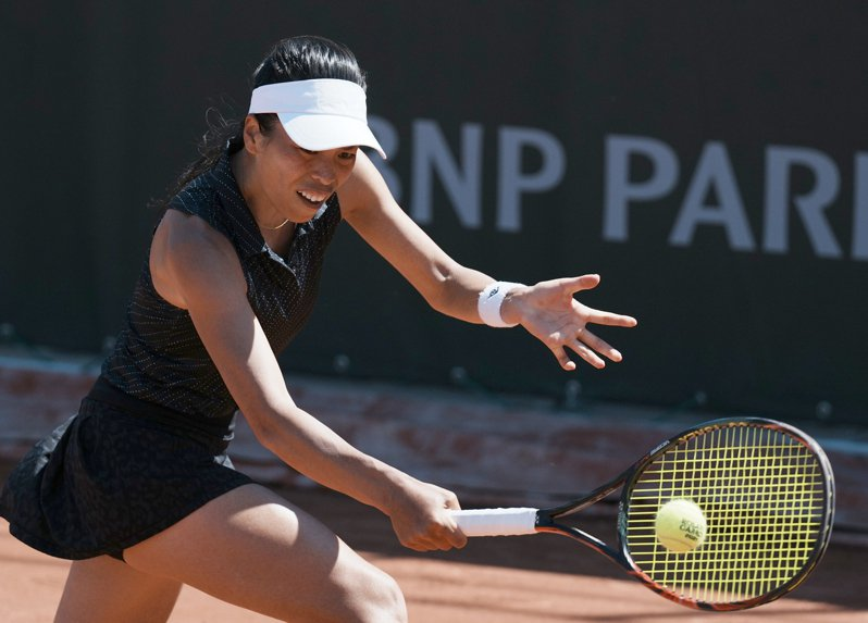 我國女子網球好手謝淑薇與比利時搭擋梅騰絲挺進到法網女雙第三輪。 美聯社