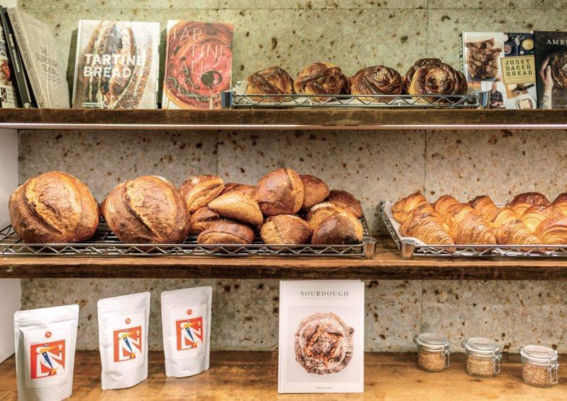 熱賣的酸種鄉村麵包與小豆蔻捲。圖/健行文化 提供