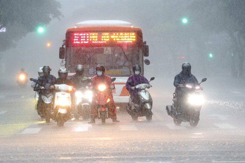 圖為昨日大台北地區午後暴雨,民眾大雨出行倍感艱辛。記者林俊良/攝影
